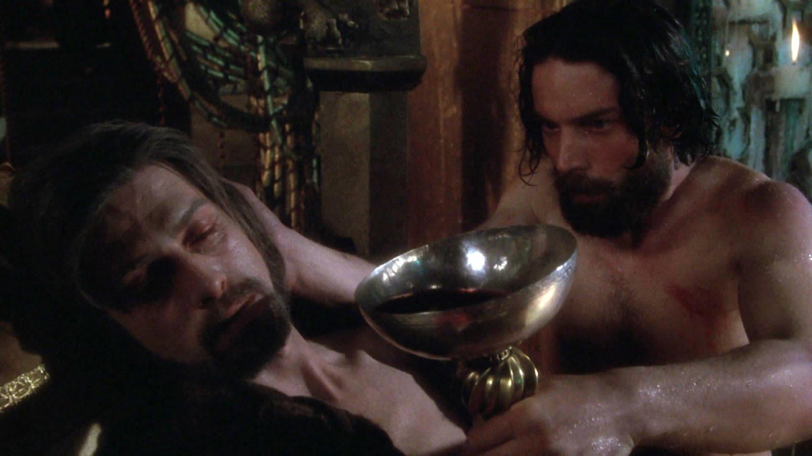 Perceval ayuda al rey Arturo. Escena de la película Excalibur, de John Boorman (1981)